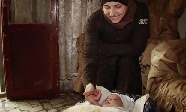 Οικογένεια στη Συρία υιοθέτησε μωρό που βρήκε στον δρόμο