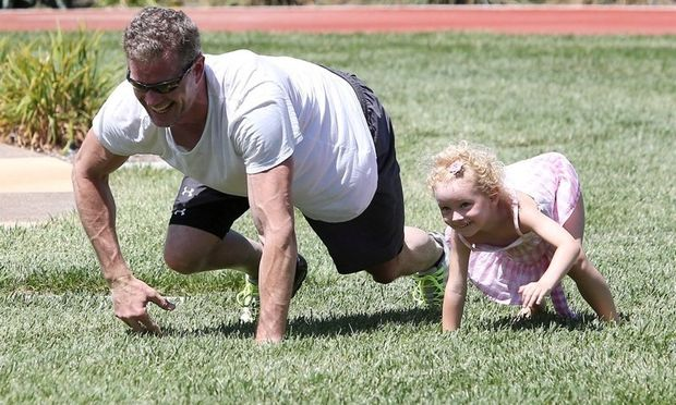 Ερικ Νταν: Mαθαίνει στην κόρη του να… γυμνάζεται!
