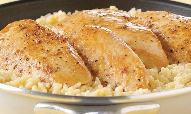 Συνταγή για τρυφερό κοτοπουλάκι με λεμονάτη σάλτσα και αρωματικό ρύζι