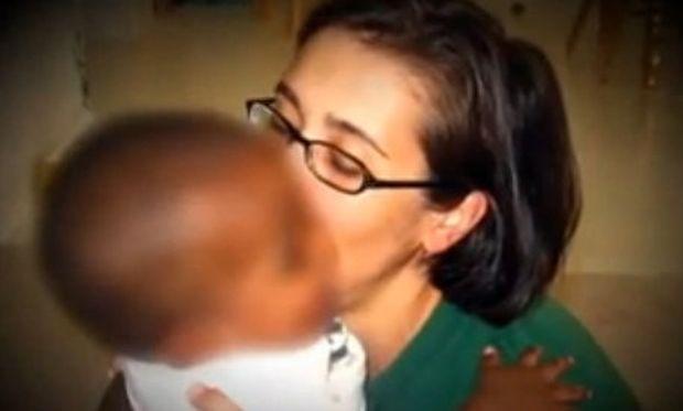 Έδωσε πίσω το υιοθετημένο της παιδί επειδή ήταν άλλου χρώματος! (βίντεο)