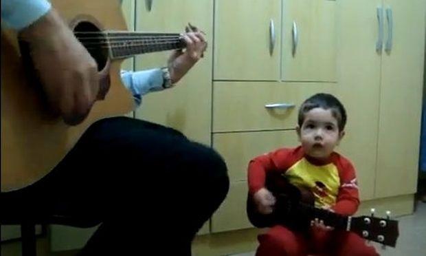 Είναι δύο χρονών και κάνει δεύτερη φωνή στον μπαμπά του, παίζοντας και κιθάρα! (βίντεο)