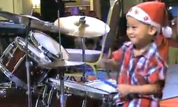 Ο πιο γλυκός και ταλαντούχος ντράμερ του κόσμου είναι τριών ετών! (βίντεο)