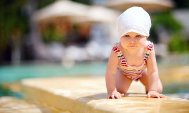Απίστευτο! Μωράκι 16 μηνών κολυμπάει σαν… δελφίνι - Θα μείνετε άφωνοι! (βίντεο)