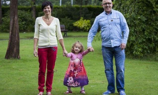 Το 5 χρονο κορίτσι που γεννήθηκε με πόδια βατράχου, έκανε τα πρώτα του βήματα!