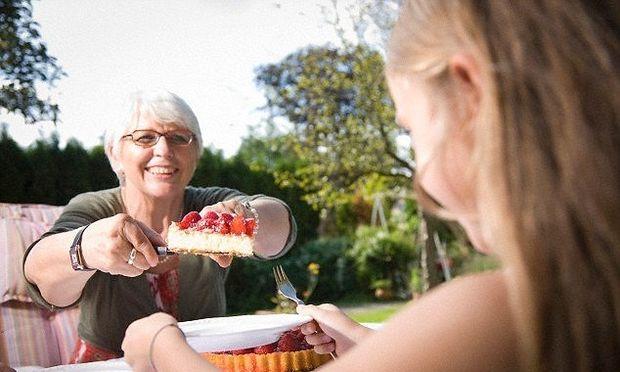 Έρευνα: Παιδιά που μεγαλώνουν με τη γιαγιά τείνουν προς την παχυσαρκία!