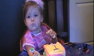Δείτε πώς γιόρτασε τα πρώτα της γενέθλια η πιτσιρίκα (βίντεο)