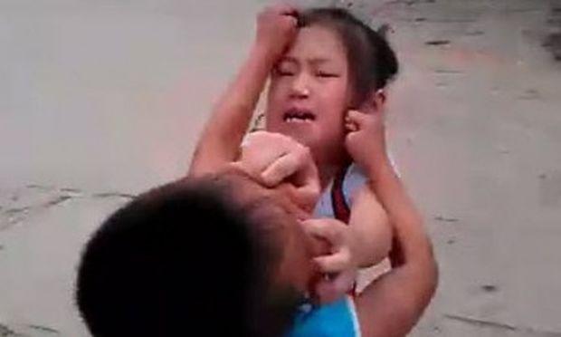 Απίστευτο! Πατέρας βάζει τα παιδιά να τσακωθούν στη μέση του δρόμου!