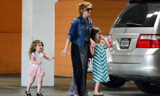 Ισλα Φίσερ: Με τις κόρες της για... μπαλέτο!
