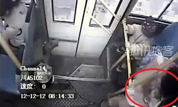 Απίστευτο! Κρυφή κάμερα κατέγραψε τη γέννηση μωρού σε λεωφορείο (βίντεο)