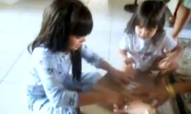Η έκπληξη της μαμάς στις κόρες της καταλήγει σε… κλάματα! (βίντεο)