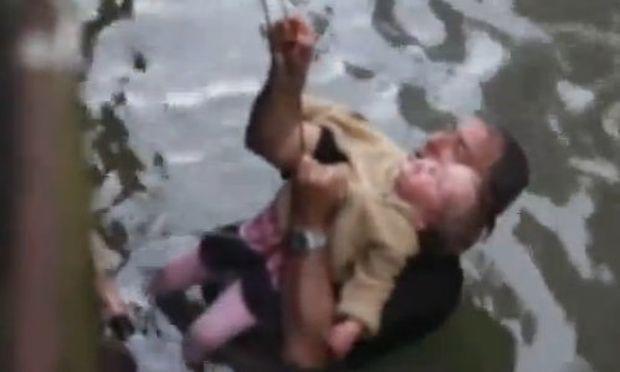 Μπαμπάς έσωσε το 2χρονο κοριτσάκι του από πνιγμό! (βίντεο)