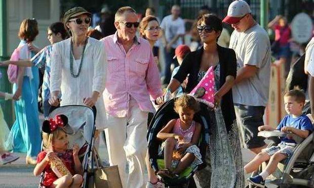 Χάλι Μπέρι: Διασκεδαστικές στιγμές με την κόρη της στη Disneyland! (εικόνες)