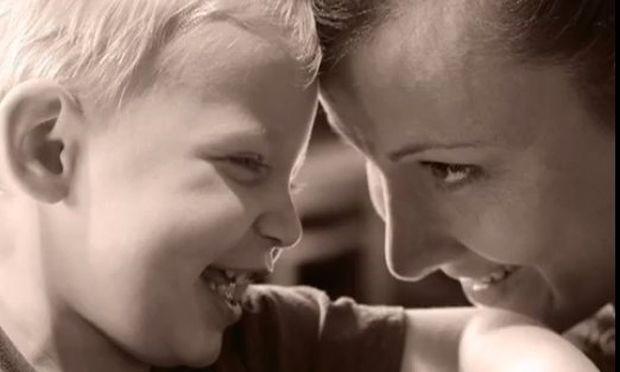 Το συγκλονιστικό βίντεο μιας μαμάς που έχασε την κόρη της και υιοθέτησε ένα αγοράκι!