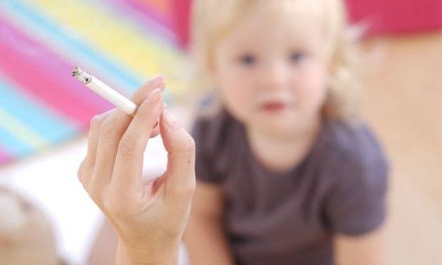 Έρευνα: Οι γονείς που καπνίζουν, φροντίζουν λιγότερο τα παιδιά τους!
