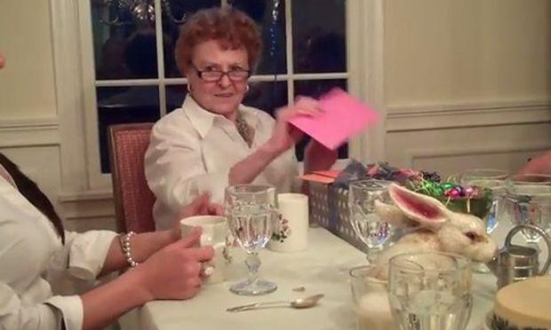 Επέλεξε τα 80α γενέθλια της γιαγιάς της για να ανακοινώσει την εγκυμοσύνη της! (βίντεο)