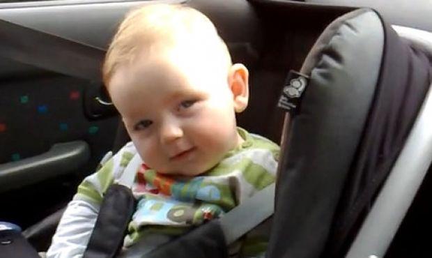 Κοιμάται αλλά δεν σταματά να χαμογελά στη μαμά του! (βίντεο)
