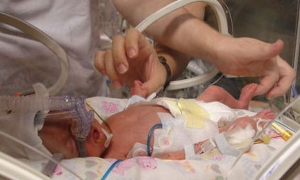 Αληθινή ιστορία: «Το μωρό μου γεννήθηκε 900 γραμμάρια και επέζησε! Είναι ο μικρός μου μαχητής!»