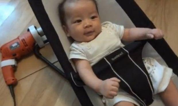 Ο απίστευτος τρόπος που μια μαμά κοιμίζει το μωρό της (βίντεο)