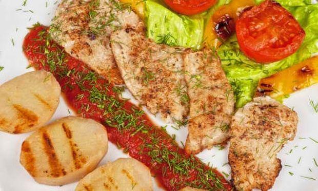 Συνταγή για ψαράκια με φρέσκια ντομάτα και βασιλικό