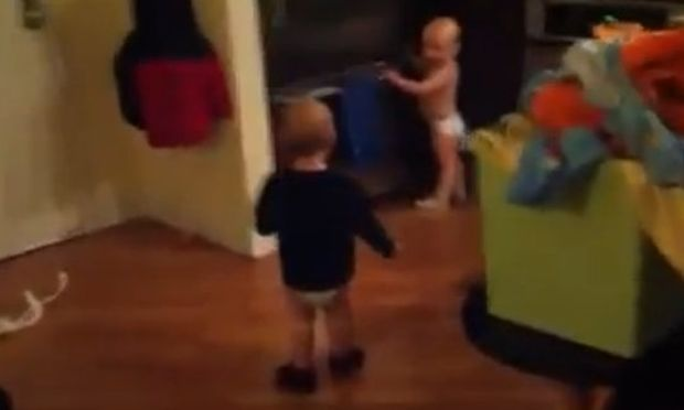 Δείτε πως συνεννοούνται δυο αδέρφια στην κουζίνα! (βίντεο)