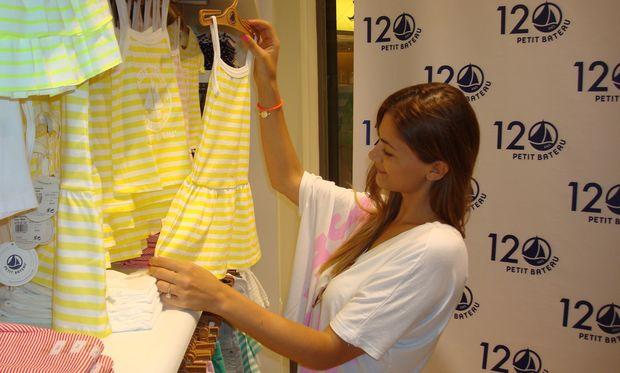 Η Δέσποινα Καμπούρη βόλτα στα μαγαζιά για τα καλοκαιρινά ψώνια της μικρής Έλενας!