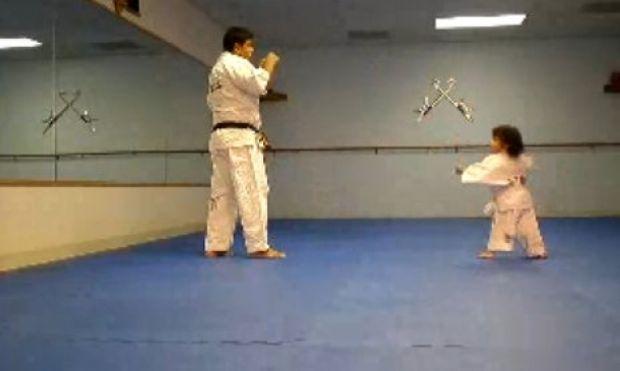 Δείτε μια δίχρονη να μαθαίνει… καράτε! (βίντεο)