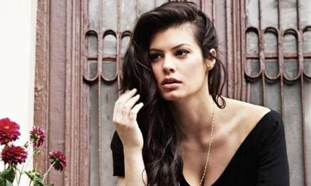 Η Μαρία Κορινθίου εξομολογείται: «Χτυπιόμουν στον καναπέ, έκλαιγα κι φώναζα αφήστε με να βγω έξω»