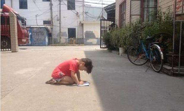Πατέρας ανάγκασε το κοριτσάκι του να κάνει τα μαθήματά του γονατισμένο στο δρόμο με 40 βαθμούς