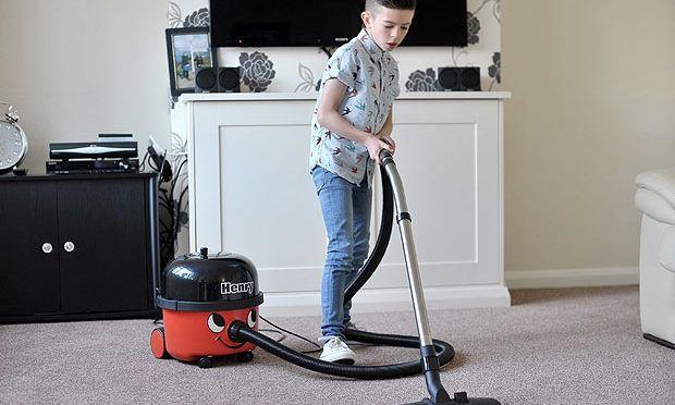 Εννιάχρονο αγόρι έχει εμμονή με τις ηλεκτρικές σκούπες