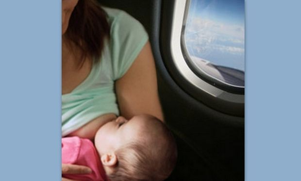 Αεροσυνοδός σε πτήση ζήτησε από μητέρα να καλύψει το στήθος της ενώ θήλαζε το μωρό της!