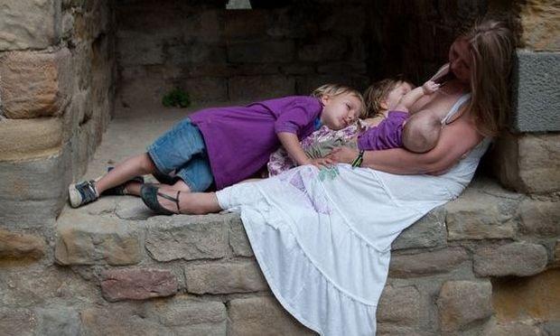 Σαμάνθα Γουίλιαμς: Θηλάζει ακόμη τον 5 ετών γιο της, την 3 ετών κόρη της και το μωρό