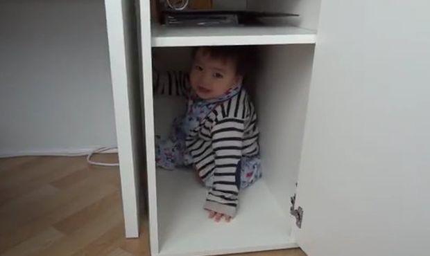 Ο μικρός Μπέντζαμιν κλείνεται στο ντουλάπι (αστείο βίντεο)