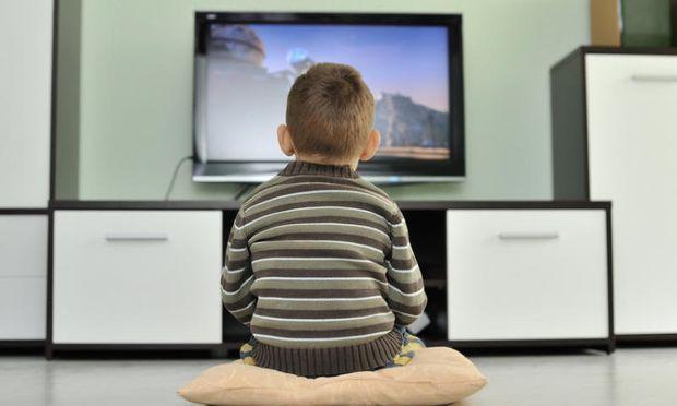 Παιδί και τηλεόραση: Πόσο μπορεί να επηρεάσει μαθησιακά το παιδί μας;
