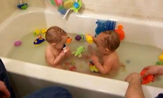 Τα δίδυμα κάνουν μπάνιο στην μπανιέρα και το ευχαριστιούνται! (βίντεο)