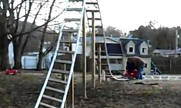 Το απίθανο αυτοσχέδιο ρόλερ κόστερ στον κήπο του σπιτιού τους (βίντεο)!