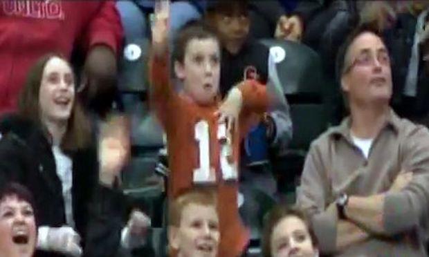 Δείτε πώς πανηγυρίζει ένας πιτσιρικάς για την ομάδα του! (βίντεο)