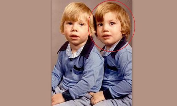 Ποιος είναι ο μπόμπιρας με τον δίδυμο αδελφό του;