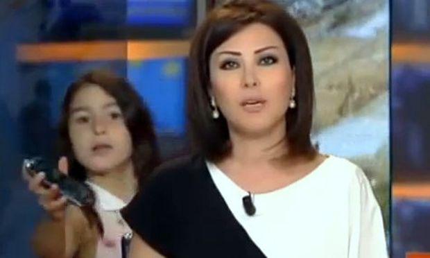 Απίστευτο: Έλεγε ζωντανά τις ειδήσεις και η κόρη της πήγε κοντά της για να της δώσει το κινητό! (βίντεο)