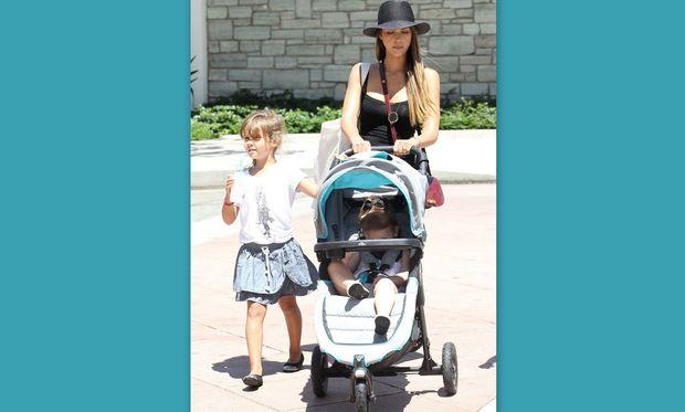 Τζέσικα Άλμπα: Βόλτα με τις κόρες της! (εικόνες)