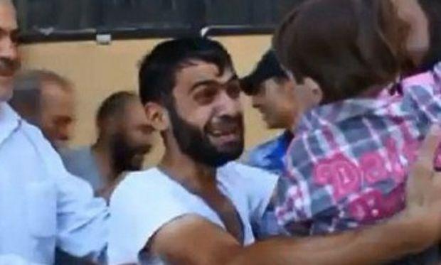 Συγκλονιστικό βίντεο: Πατέρας στη Συρία βρίσκει το γιο του που νόμιζε ότι ήταν νεκρός από τα χημικά!