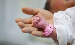 Νεογέννητο γνώρισε το σκληρό πρόσωπο της ζωής - To Χαμόγελο του Παιδιού στο πλευρό του