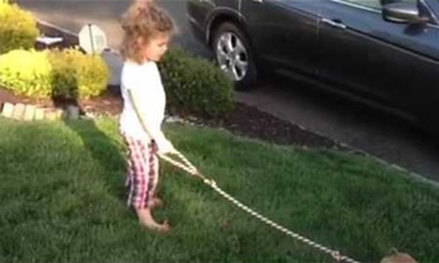 Μικρό κορίτσι μαθαίνει το σκυλάκι της να κάνει κακάκια όπως εκείνη! (βίντεο)