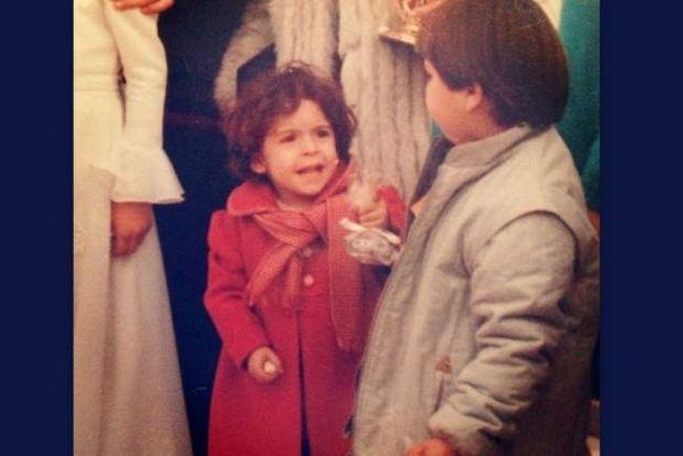 Με τη μπομπονιέρα στο χέρι η μικρούλα έπιανε την κουβέντα με τα αγόρια (Ποια γνωστή τραγουδίστρια είναι;)