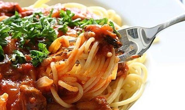 Συνταγή για νόστιμη μακαρονάδα με κόκκινη σάλτσα