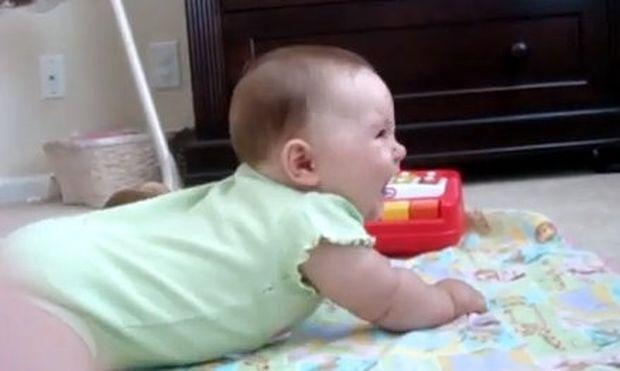 Δεν φαντάζεστε γιατί ξεκαρδίζεται αυτό το μωρό! (βίντεο)