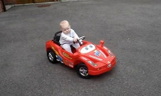 Όταν τα αγόρια οδηγούν από… μωρά! (βίντεο)