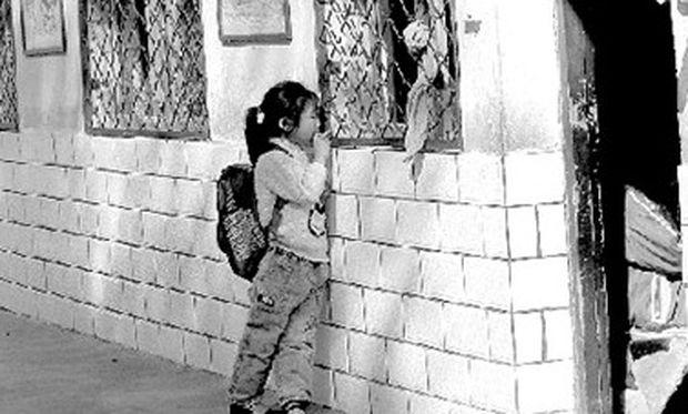 Κοριτσάκι παρακολουθεί το μάθημα του σχολείου από το παράθυρο!