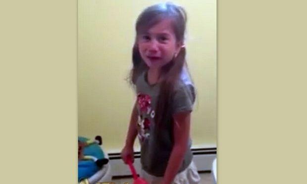 Δεν φαντάζεστε γιατί σπαράζει στο κλάμα αυτό το κοριτσάκι! (βίντεο)