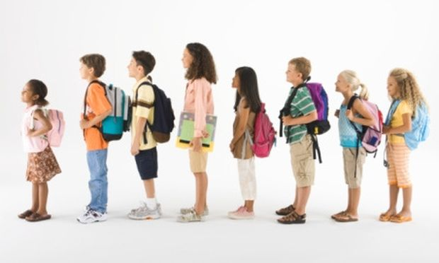 Έρευνα: 6 στα 10 παιδιά του Δημοτικού υποφέρουν από πόνους στην πλάτη εξαιτίας της βαριάς σχολικής τσάντας