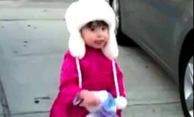 Μικρό κοριτσάκι προσπαθεί να φτάσει το φεγγάρι (βίντεο)